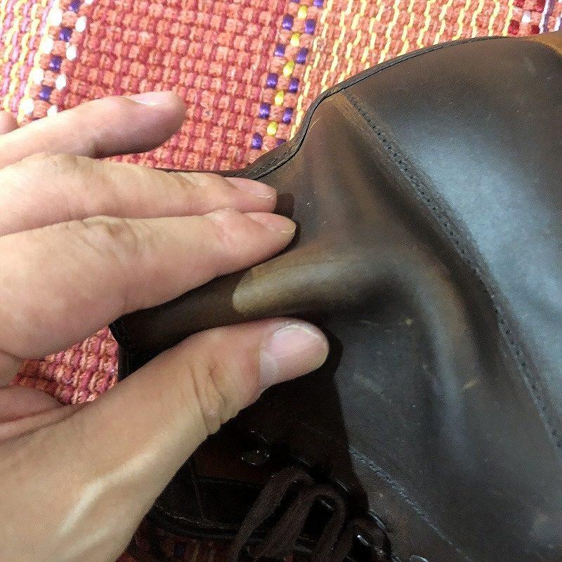 指でほぐしているブーツ