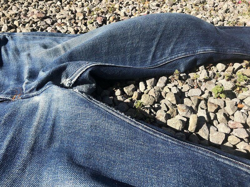 デニムの履き癖、膝が出たジーパン